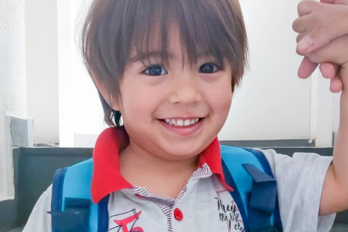 Flávio, autista indo à escola