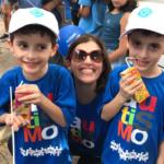gêmeos autistas posando com a mãe