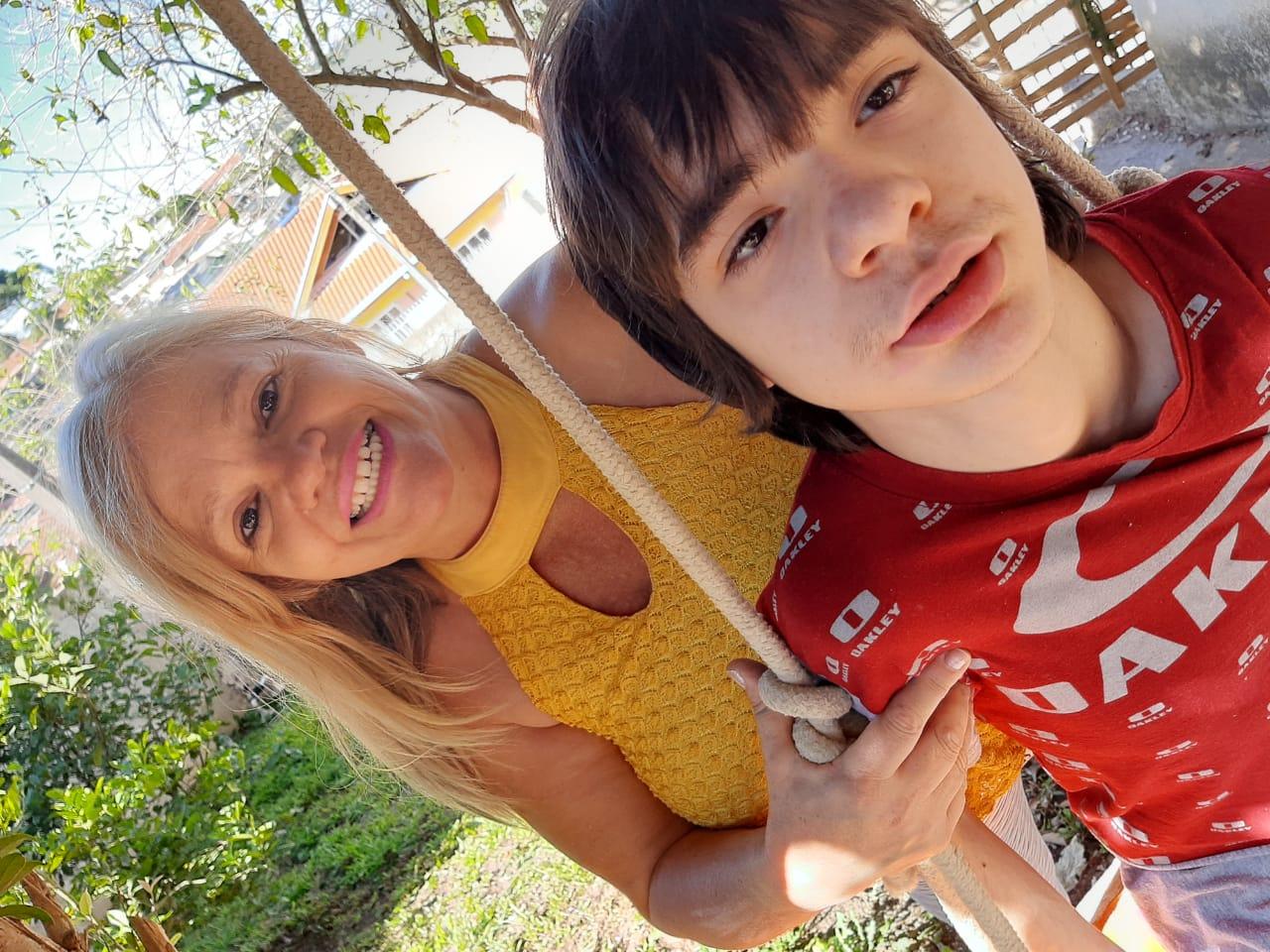 Marcia Regina posando com seu filho, Nátan, ao ar livre