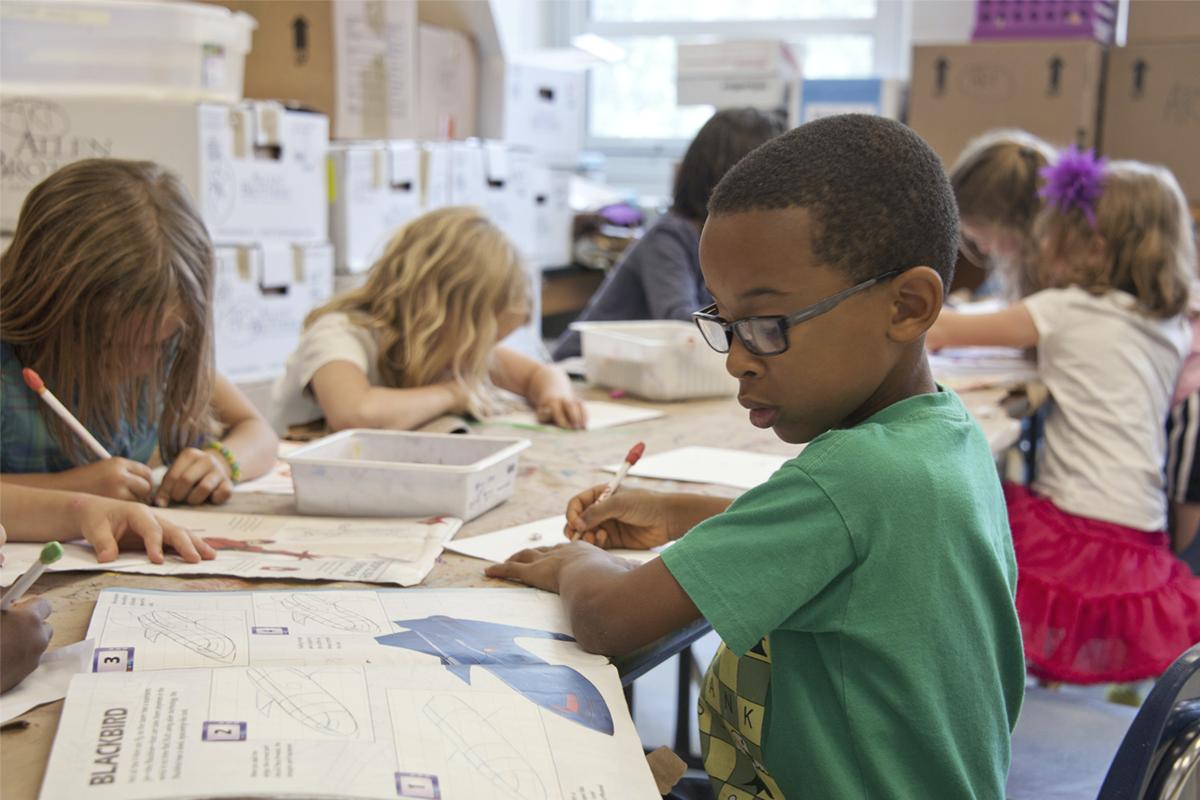 politica de inclusão - aluno negro de escola infantil fazendo dever