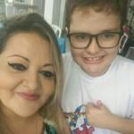 Patrícia posando ao lado do filho com transtorno autista