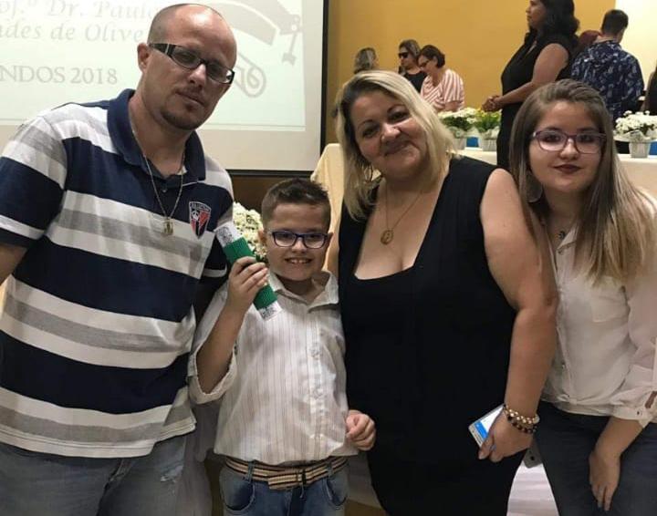 Transtorno autista: o menino Nicolas e sua mãe posam junto com o pai de Nicolas, que está à esquerda, e a irmã adolescente de Nicolas, à direita.
