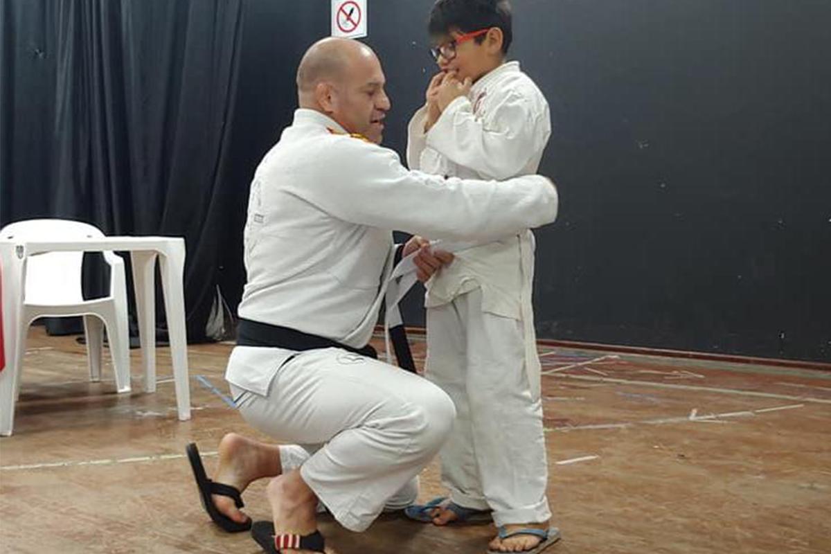 Pedro, um menino com TEA leve fazendo aula de jiu-jitsu