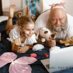 AUTISMO E TECNOLOGIA: dois garotos bem novos sentados diante de uma televisão