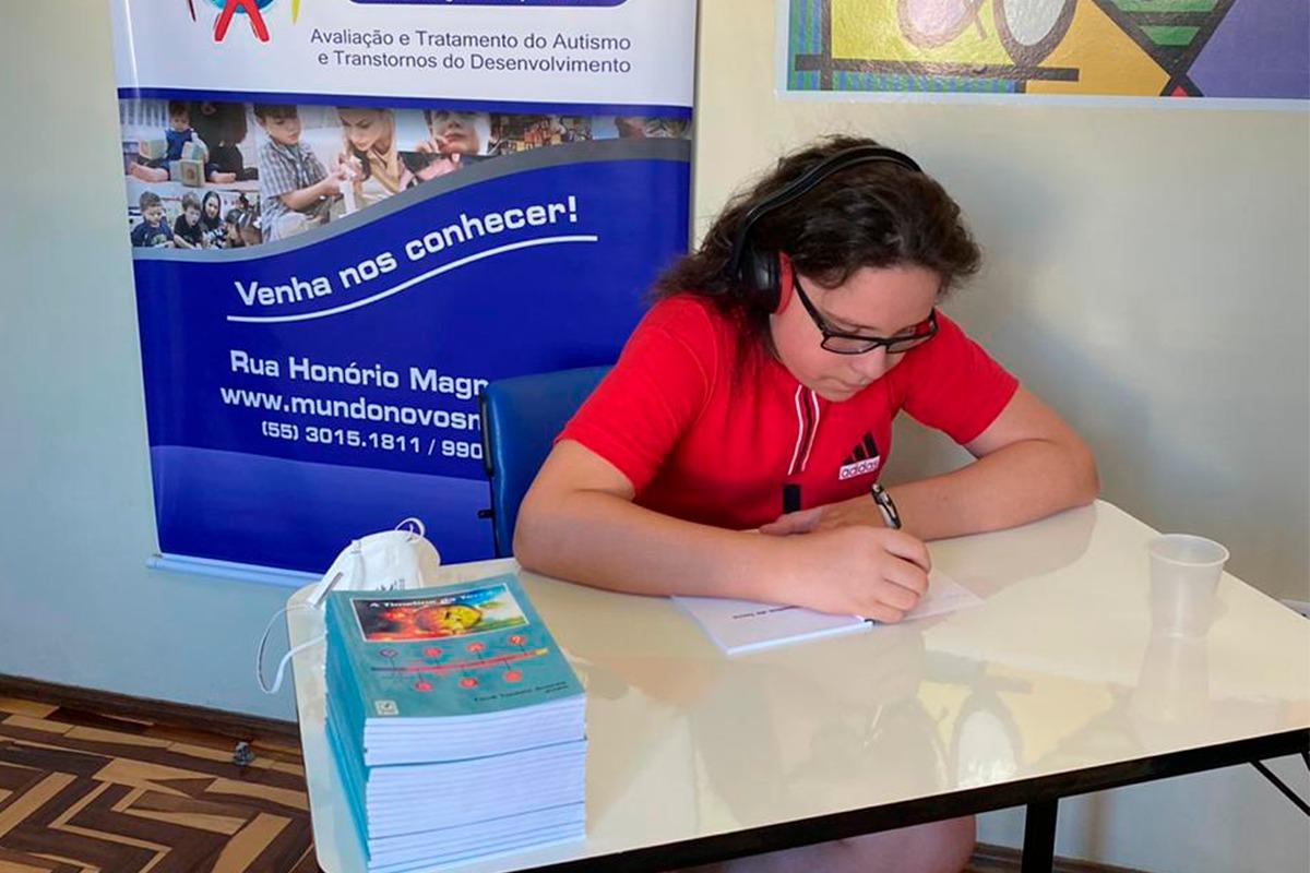 Adolescente com grau leve de autismo e o talento para a escrita